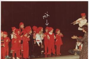 Musiikkileikkikoulun joulukeikalla. Äiti laittoi tontulle punaiset sukkahousut.